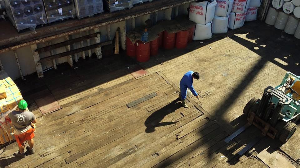 Laurent Yan treating the Kuku Hau's hold for ants_18876937390_o