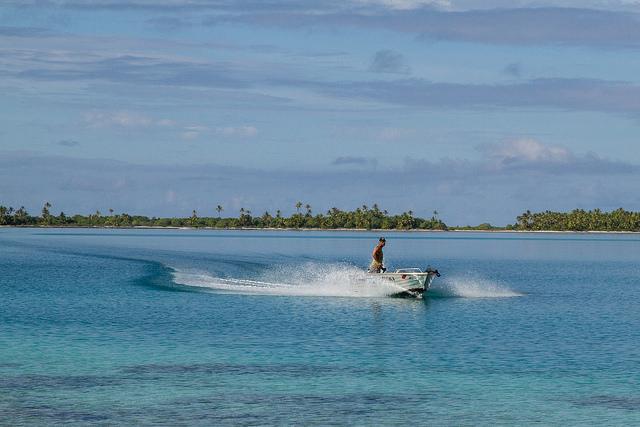 Travelling across the lagoon_19882738398_m
